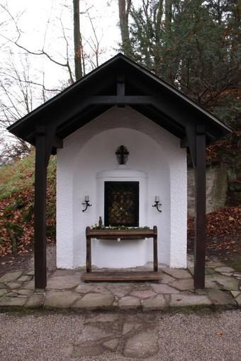 Sanierte Kapelle mit eingefügtem Relief